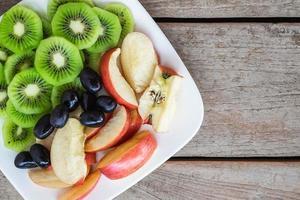 blandad frukt på tallriken foto