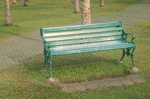 rustik bänk i park foto
