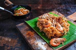 pad thai på bananblad foto