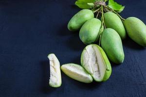 grön mango på bordet foto