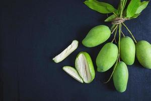 mangofrukt på bordet foto