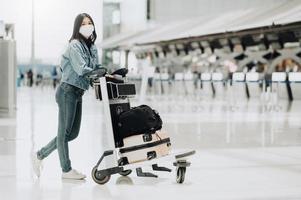 kvinna som bär mask på flygplatsen