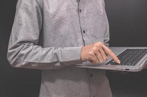 affärsman som använder en bärbar dator foto