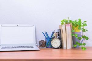 bärbar dator på kontorsskrivbordet foto