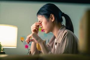 kvinnahänder rör ögat foto