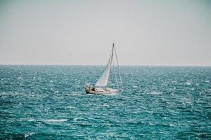 alicante, spanien, 2020 - vit segelbåt på havet under dagtid foto