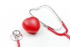 stetoskop och rött hjärta isolerad på vit bakgrund foto