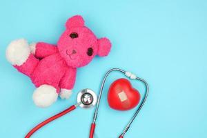 stetoskop och uppstoppad björn foto