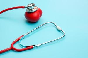 stetoskop på blå bakgrund med rött hjärta
