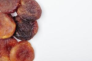 ovanifrån av torkade aprikoser isolerad på vit bakgrund med kopia utrymme foto