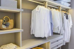 modern garderob med kläder foto