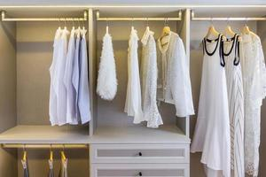 vita kläder i en garderob foto