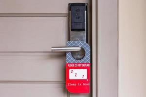 dörrhängare på dörren foto