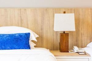 hotellsäng med kudde foto