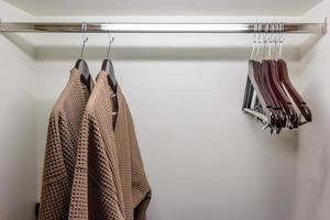 klädhängare och kläder
