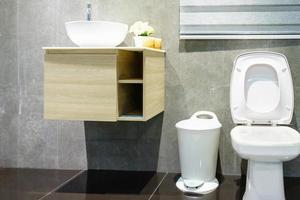 badrum med toalett och handfat foto