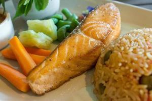 grillad lax med ris och grönsaker foto