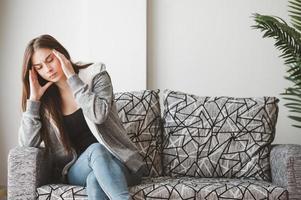 kvinna som lider av huvudvärk foto