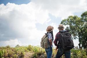 ungt par som vandrar till berget