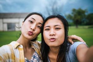 två tonåringar tittar på kameran och gör en selfie foto