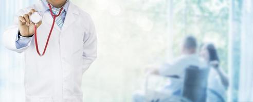 läkare som håller ett stetoskop