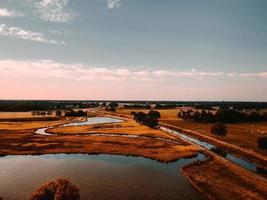 Flygfoto över land med ström foto