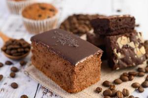 chokladkaka med kaffebönor på ett träbord