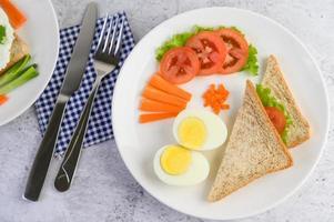 kokt ägg med tomater och morötter