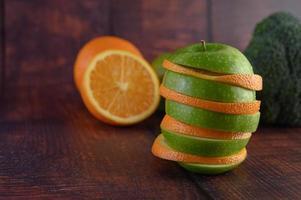 skivade äpplen och apelsiner ordnade i lager