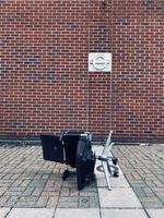 london, Storbritannien, 2020 - fallna svarta stolar foto