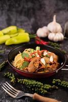 spagetti med musslor med chili, färsk vitlök och peppar