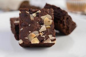 hemlagad choklad brownies på en vit platta foto