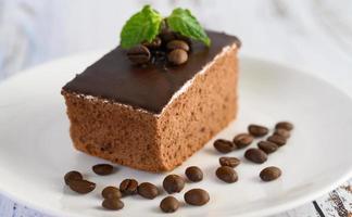 chokladkaka med kaffebönor på en träyta