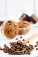 bananmuffins blandade med chokladflis och kaffebönor foto