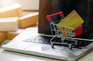 kreditkort i en liten kundvagn foto