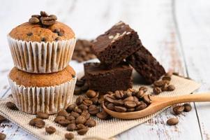 bananmuffins blandade med chokladflis foto