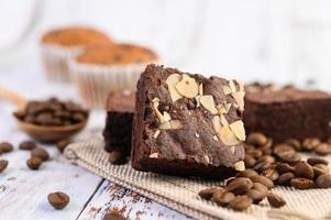choklad brownies på en säckväv med kaffebönor foto