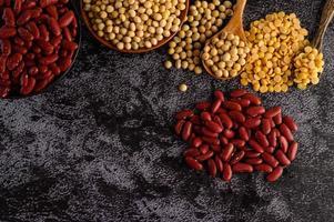 baljväxter och bönor blandade på en svart cementyta foto