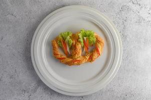 nybakad mjuk kringla på en vit maträtt