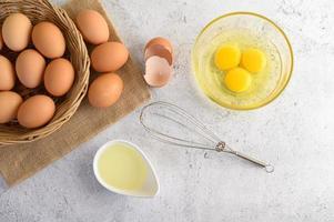 ekologiska ägg och olja för bakning