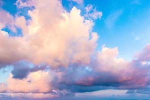 färgglada moln och blå himmel foto