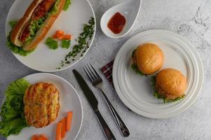 korvbröd med korv och hamburgare foto