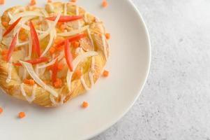 mandel twist bröd dekorerad med lök och morötter