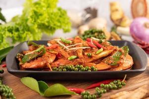 chu-chi räkor på en tallrik med färska pepparfrön foto