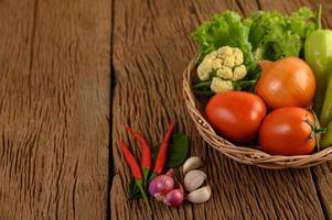 paprika, tomat, lök, sallad, chili, schalottenlök, vitlök, blomkål och kaffelimeblad foto