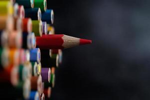 närbild grupp av färgpennor, valt fokus på rött foto