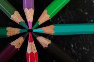 närbild av träkritor ordnade i ett färghjul foto
