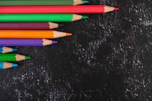 färgglada krita pennor med triangelform med kopia utrymme foto