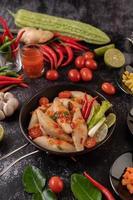 kryddig köttbalsallad med chili, citron, vitlök och tomat foto