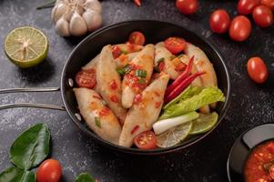 kryddig köttsallad med chili, citron, vitlök och tomat